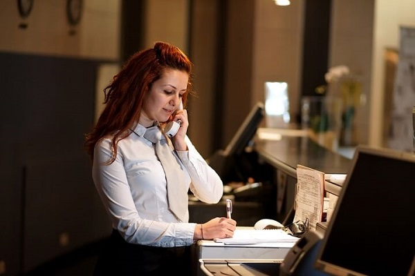 nhân viên đặt phòng tiếp nhận thông tin từ khách hàng
