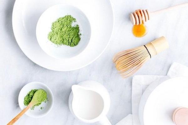 hình ảnh pha trà với sữa và bột trà xanh