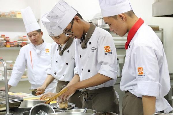 sinh viên học nấu ăn tại trường cet