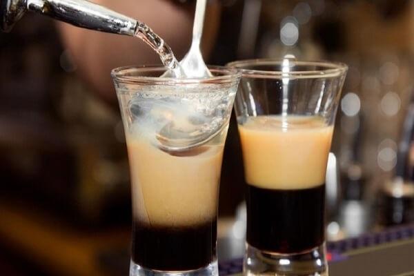 hình ảnh sử dụng muỗng để tạo tầng cocktail
