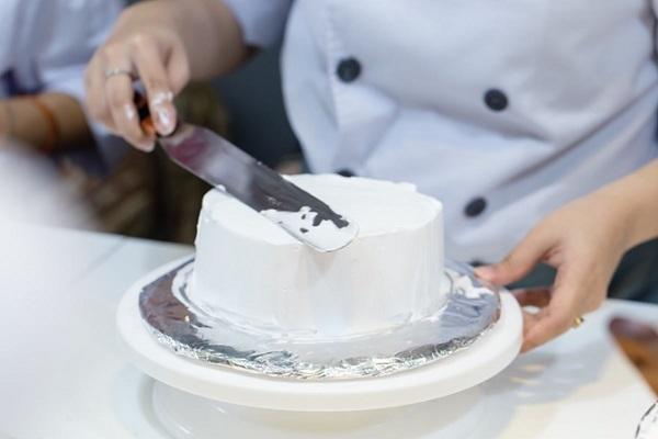 hình ảnh thao tác chà láng mặt bánh kem