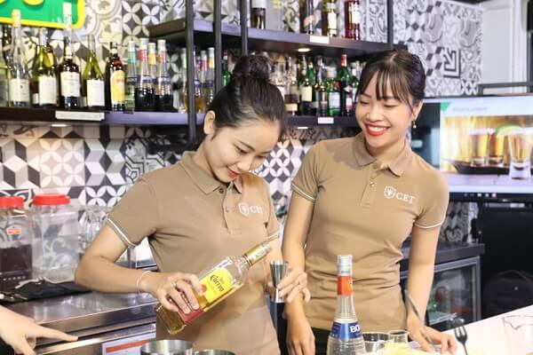 hình ảnh thực hành kỹ năng pha chế rượu tại CET