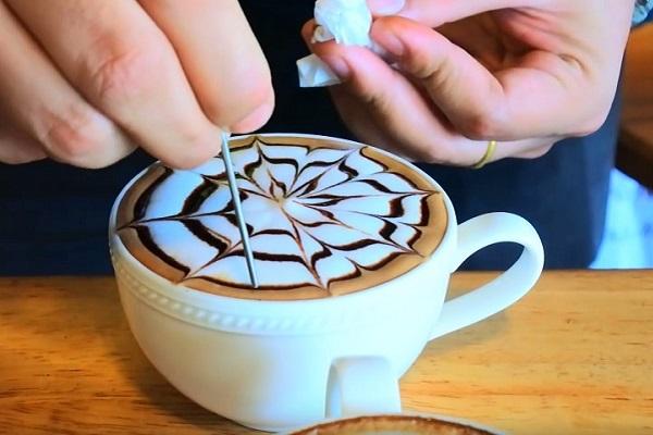 hình ảnh Vẽ Latte Art theo cách khắc.