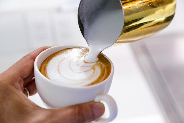 hình ảnh vị trí rót latte art