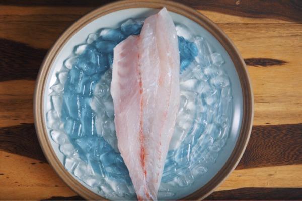 cho cá chẽm phi lê vào đá