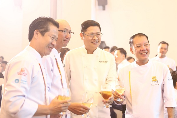 hình ảnh giảng viên ngành nấu ăn tại CET