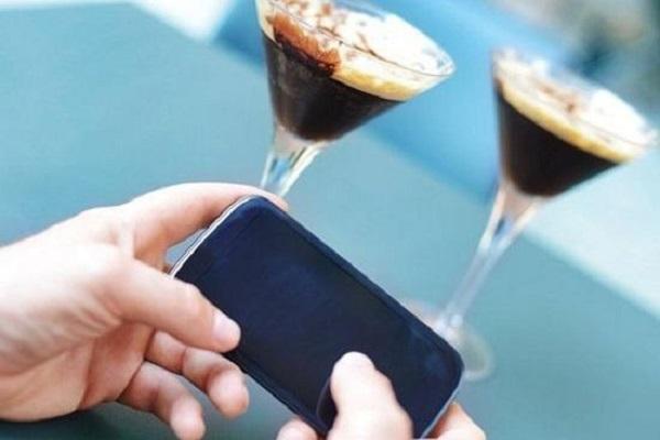 không dùng điện thoại trong quầy bar
