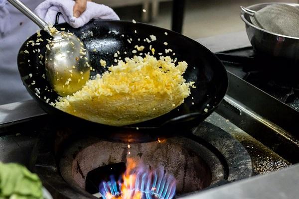 hình ảnh kỹ thuật xóc chảo trong nấu ăn