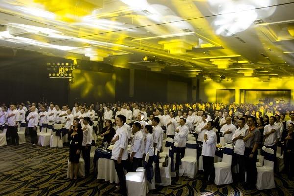 Toàn bộ giảng viên cán bộ nhân viên trong giây phút tri ân