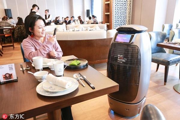 hình ảnh robot hỗ trợ nhiều công việc trong khách sạn