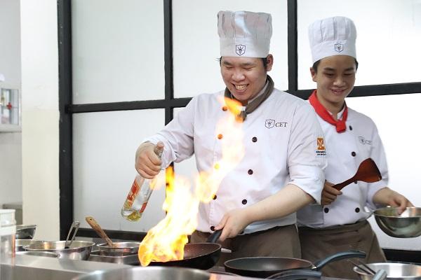 hình ảnh sinh viên CET thực hiện kỹ thuật đốt rượu