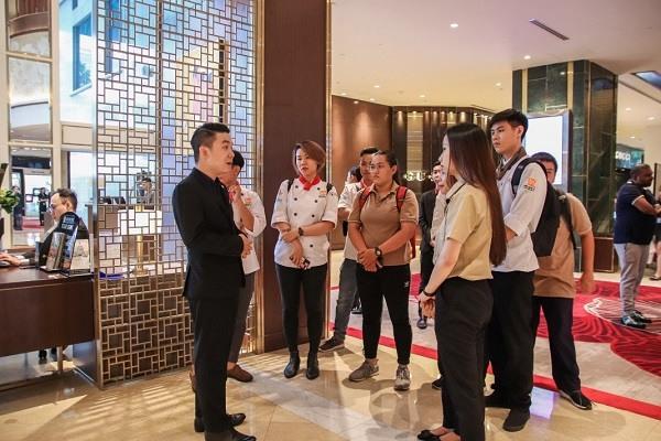 hình ảnh sinh viên CET tham quan khách sạn sheraton