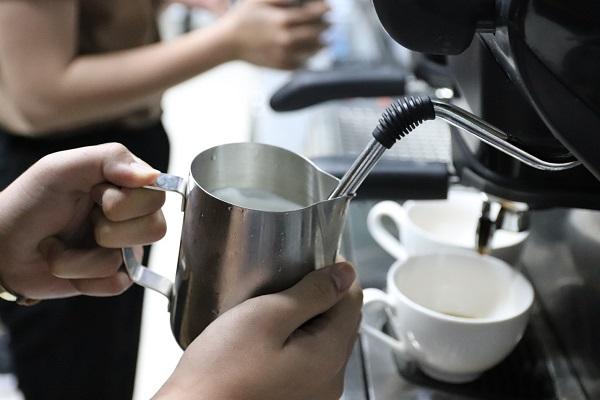 Các dụng cụ đánh tạo bọt sữa trong pha chế
