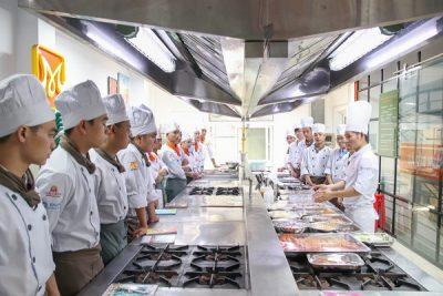 Chương trình Food Art – Plating Sauces thu hút sinh viên CET tham gia