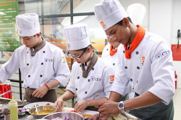 sinh viên CET chuyên tâm sơ chế nguyên liệu