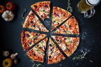 Cắt pizza thành từng miếng vừa ăn