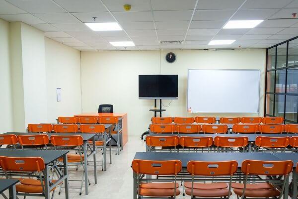hình ảnh lớp học lý thuyết QTNHKS tại CET